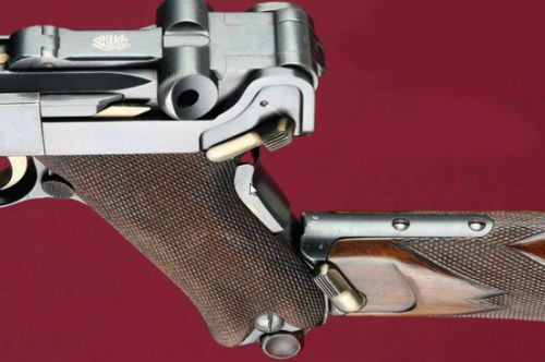 Luger 21 Detalhe do encaixe da coronha na pistola com sua trava de retenção