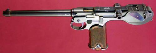 Luger 7 Pistola C93 vista por cima onde se nota a estranha alavanca de ferrolho