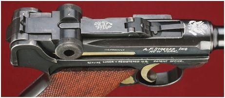 18. Detalhe de uma Parabellum importada por A.F. Stoeger com o brasão American Eagle gravado sobre a câmara