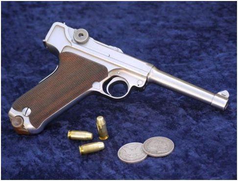 3. Acima a Luger cal. 45ACP produzida por Werle Nedbal