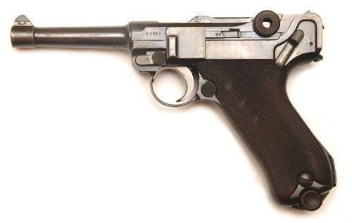 7. Uma P 08 militar lado direito primeiro modelo